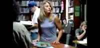 ¿Qué hace una rubia en una biblioteca?